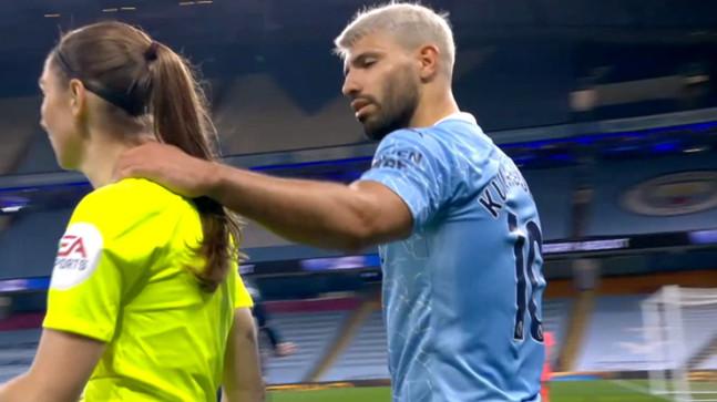 Agüero'nun maçın kadın hakemine yaptığı el hareketi büyük tepki çekti